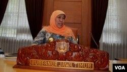 Gubernur Jawa Timur Khofifah Indar Parawansa berada di ruang kerjanya di Kantor Gubernur Jalan Pahlawan (foto Petrus Riski/VOA).