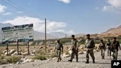 په دې پخواني تصویر کې لیدل کېږي چې افغان امنیتي ځواکونه په بدخشان کې د پولې څارنې کوي