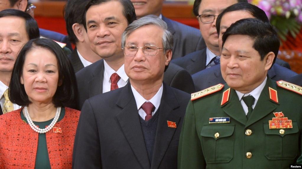 Vụ PVN có thể là một cơ hội để ông Trần Quốc Vượng (giữa) 'lấy điểm' trước Tổng Bí thư Trọng. (Ảnh tư liệu)