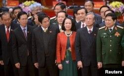 Bà Trương Thị Mai (áo màu cam) là một trong số các Ủy viên Bộ Chính trị