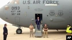 Phó Tổng thống Mỹ Joe Biden bước ra khỏi chiếc máy bay vận tải quân sự C-17 khi ông đến Baghdad, Iraq, ngày 28/4/2016.