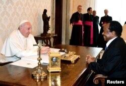 Le Pape François et le président camerounais Paul Biya se sont rencontrés au Vatican, le 23 mars 2017.