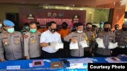 Kapolda Sulawesi Tengah Irjen Syafril Nursal saat memperlihatkan bagian dari barang bukti 25 kilogram shabu-shabu yang disita saat hendak diselundupkan ke Palu (30 Juni 2020) (Foto: Humas Polda Sulawesi Tengah)