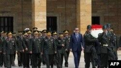 Başbakan Erdoğan, Genelkurmay Başkan Vekili Org. Necdet Özel'le birlikte Anıtkabir'i ziyaret ederken