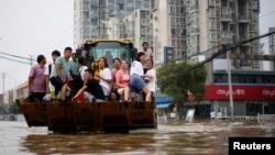 河南郑州暴雨后居民乘船疏散。(2021年7月23日)