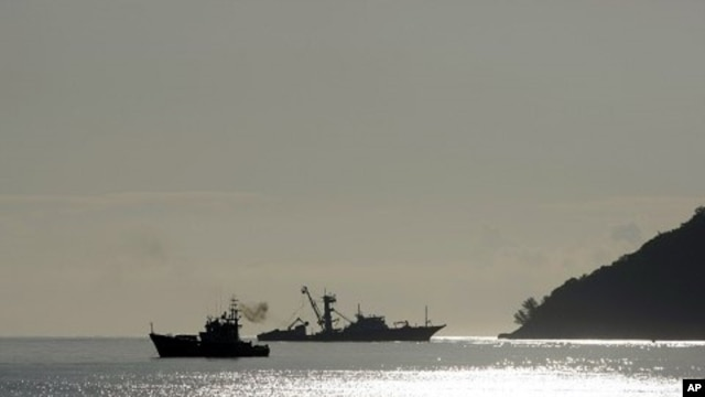 The Spanish fishing boat Alakrana (R) approaches port Victoria, on the Seychelles island of Mahe. (File Photo)