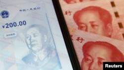中國數字貨幣在手機上的官方應用程序與人民幣百元鈔。(2020年10月16日)