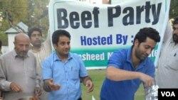 """2015年10月7日,阿卜杜尔·拉希德(穿灰色帕坦服者)在他位于斯利那加的官邸举办""""牛肉派对""""。(美国之音艾哈迈德拍摄)"""