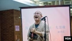 流亡作家廖亦武表演自己的长诗《大屠杀》,他曾经因为这首诗在中国服刑4年。(美国之音记者方正拍摄)