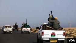 Fuerzas rebeldes se mueven rápidamente desde la oriental ciudad de Bengasi hacia Sirte para reforzar los ataques contra la ciudad natal de Gadhafi.