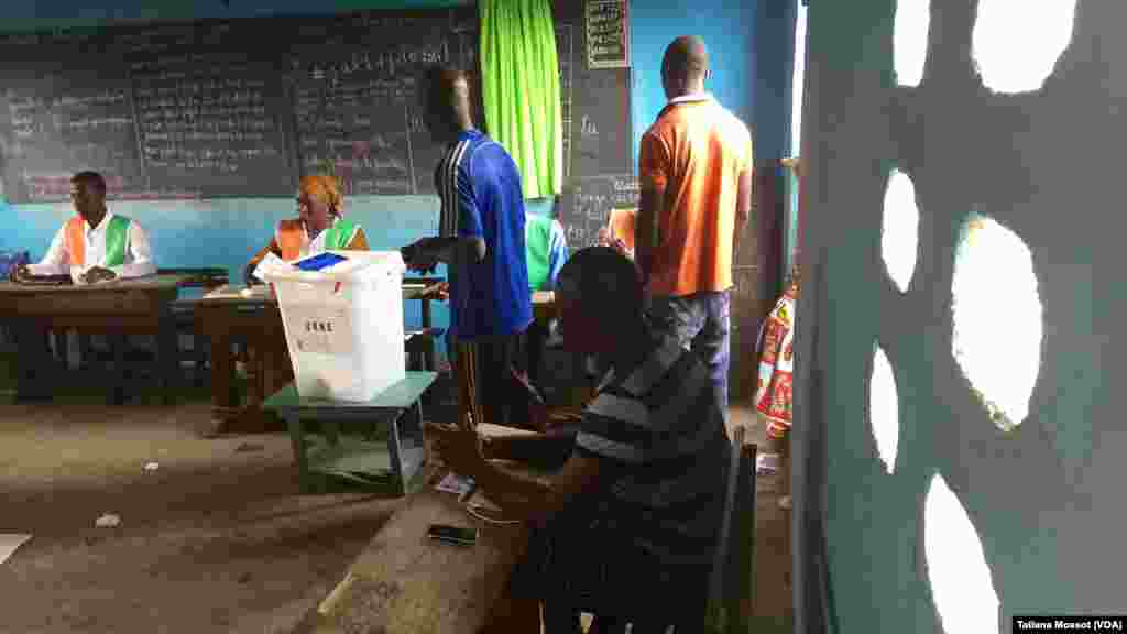 Vote dans la commune d'Abobo PK18. Peu de participation mais tout le matériel est en place.