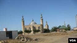俄羅斯穆斯林地區利用武漢肺炎表達對中國的不滿。馬哈奇卡拉市的一處清真寺。 2016年7月。 (美國之音白樺攝)