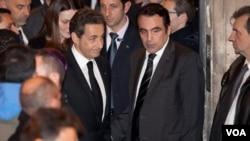 Presiden Perancis Nicolas Sarkozy (tengah) meninggalkan sinagog Nazareth, Paris (19/3).
