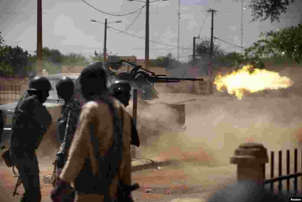 Malian soldiers fire a machine gun in Gao.