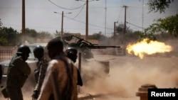 Malian soldiers fire a machine gun in Gao, February 21, 2013.