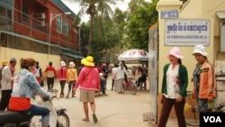 Cambodian garment workers outside of M&V International Manufacturing factory, October 8, 2015. (Photo: Len Leng/VOA Khmer)