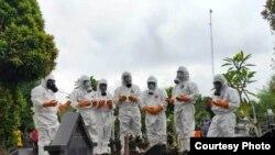 Tim TRC BPBD DIY berdoa usai memakamkan warga dengan standar COVID 19 di Yogyakarta, 26 Mei 2020. (Foto courtesy: TRC BPBD DIY)