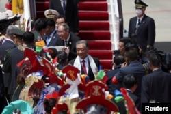Wang Yang, ketua Komite Nasional Konferensi Konsultatif Politik Rakyat China (CPPCC), tiba di bandara sebelum perayaan yang menandai peringatan 70 tahun kendali China atas Tibet, di Lhasa, Daerah Otonomi Tibet, China.