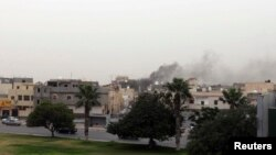 18일 리비아 수도 트리폴리의 의사당에서 검은 연기가 치솟고 있다.