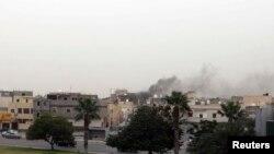 De la fumée s'élève du quartier du Congrès général national, Tripoli le 18 mai 2014