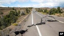 Jalan di Hawaii rusak akibat gempa yang dipicu oleh letusan gunung Kilauea Agustus 2018 lalu (foto: dok).