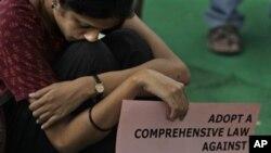 بھارت میں غیرت کے نام پر قتل کے خلاف مظاہرے میں شریک ایک خاتون۔