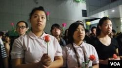 大會向參加者派發千多枝由市民捐贈的玫瑰花