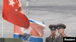 지난해 6월 북한 신의주의 중국 접경 지역에서 경계 근무 중인 북한 군인들. (자료사진)