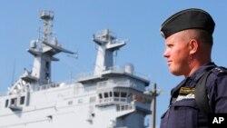 Un marinero ruso observa el barco Vladivostok en el puerto francés de Saint-Nazaire, al oeste de Francia.