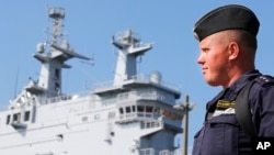 프랑스 서부 세인트나자리 항구에서 러시아 해군이 러시아 군함을 배경으로 서 있다. (자료사진)