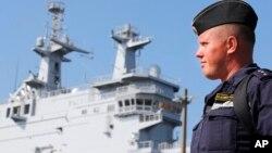 Seorang tentara AL Rusia berdiri di dekat kapal Vladivostok yang dipesan Rusia, di pelabuhan Saint-Nazaire, Perancis barat (foto: dok).