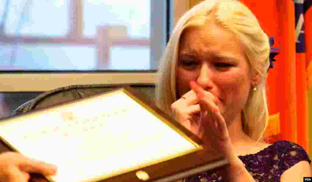 幸存者福特接受奖状热泪盈眶(美国之音国符拍摄)