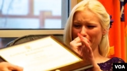 幸存者福特接受獎狀熱淚盈眶(美國之音國符拍攝)
