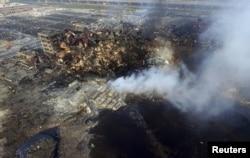 Ảnh chụp từ trên không cho thấy khói bốc lên từ đống đổ nát của các container tại hiện trường vụ nổ hồi tuần trước tại Thiên Tân, Trung Quốc, ngày 15/8/2015.