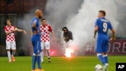 Intervention d'un pompier au cours du match de qualification pour l'Euro 2016 entre l'Italie et la Croatie. (AP Photo / Luca Bruno)