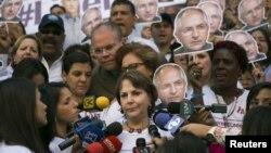 Mitzi Capriles, esposa del arrestado alcalde de Caracas, Antonio Ledezma, confirmó que su esposo fue llevado agentes del Sebin hasta el Palacio de Justicia.