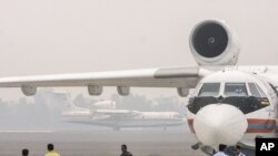 Pesawat ampfibi Beriev Be-200 yang dipinjamkan kepada pemerintah Indonesia, mendarat di bandara Sultan Mahmud Baddarudin II, Palembang (21/10).