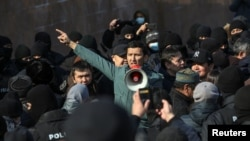 哈萨克斯坦民众在阿拉木图举行抗议示威。(2021年2月28日)