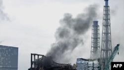 Khói bốc lên từ khu vực lò phản ứng số 3 của nhà máy điện hạt nhân Fukushima Daiichi hôm 21/3/11