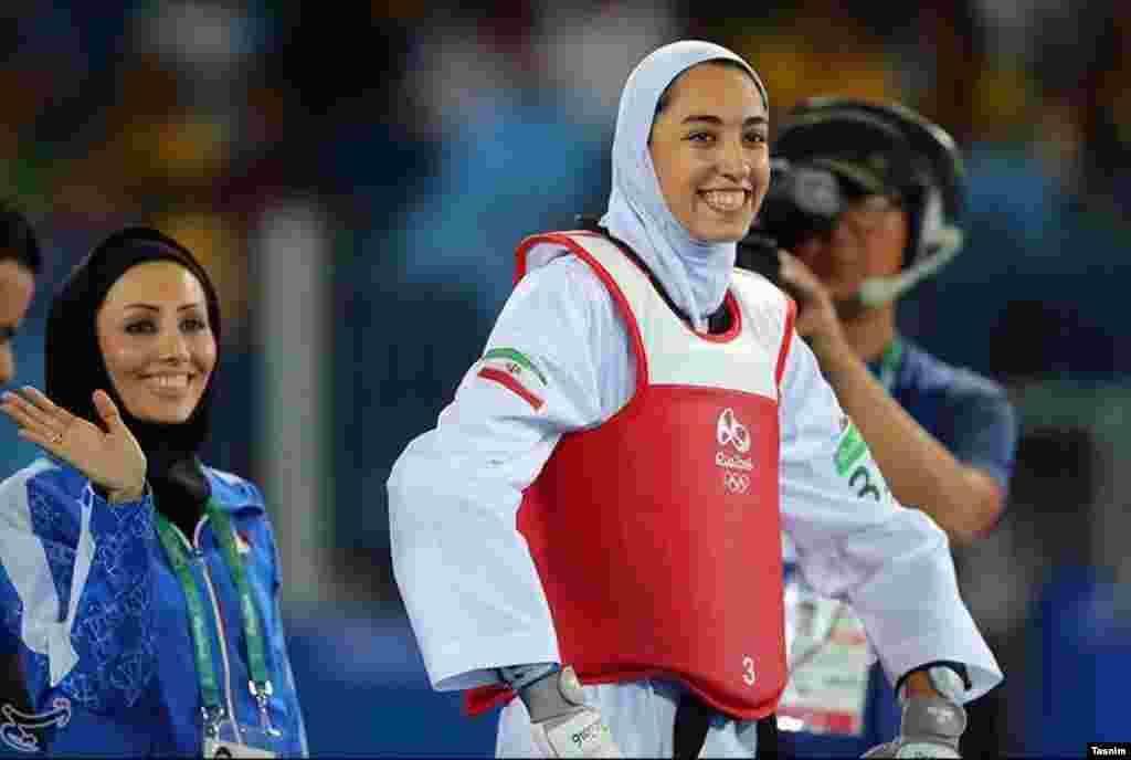 شادی کیمیا علیزاده بعد از کسب مقام سوم المپیک.