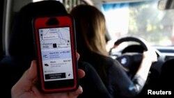 Seorang pelanggan menggunakan layanan Uber di Santiago, Chile (foto: dok).