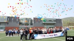 한국 국민대학교에서 열린 '2017 남북 어울림 한마당 통일 한마음축전 행사'에서 참가자들이 풍선을 날리고 있다.