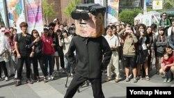 '북한 인권의 달'을 맞아 지난 15일 서울 인사동에서 북한 3대 세습의 문제점을 알리기 위해 펼쳐진 공연.