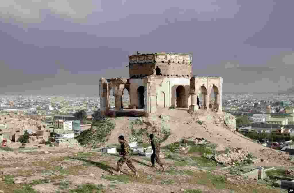 Binh sĩ quân đội quốc gia Afghanistan đi trên đồi Nadir Khan tại Kabul, Afghanistan.
