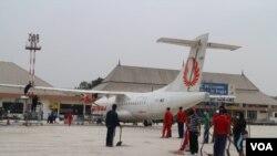 Petugas kebersihan Bandara Internasional Adisucipto Yogyakarta mulai membersihkan landasan pacu dari abu vulkanik gunung Kelud, Sabtu, 15 Februari, 2014 (VOA / Munarsih)