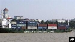 中国已经成为缅甸第一大外资来源国。图为中海集运一集装箱船停靠在缅甸一港口。