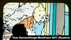 Un étudiant regarde une boîte à lumière représentant le personnage de bande dessinée Tintin de l'auteur bruxellois Georges Remi, mieux connu sous le nom de Hergé, exposé dans un magasin au musée Hergé à Louvain-La-Neuve, le 1er décembre 2011.