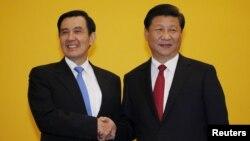 Chủ tịch TQ Tập Cận Bình (phải) bắt tay với Tổng thống Đài Loan Mã Anh Cửu trong hội nghị ở Singapore ngày 7/11/2015.