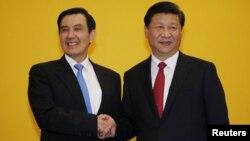 Le président chinois Xi Jinping serre la main du président taïwanais Ma Ying-jeou, le 7 novembre 2015. (REUTERS/Edgar Su)