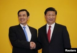 Chinese President Xi Jinping shakes hands with former Taiwan President Ma Ying-jeou during a summit in Singapore, Nov. 7, 2015. Leaders of political rivals China and Taiwan met on Saturday for the first time in more than 60 years.